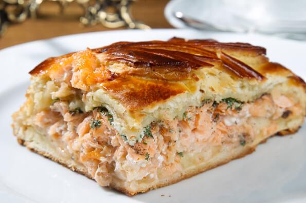 Полезный и нежный пирог с лососем, шпинатом и сыром