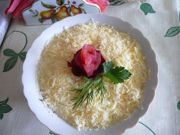 Пикантный салат «Нежность» с языком и сыром