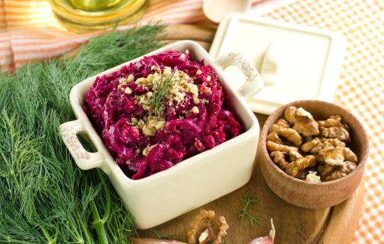 Салат из свеклы с маслом и орехами