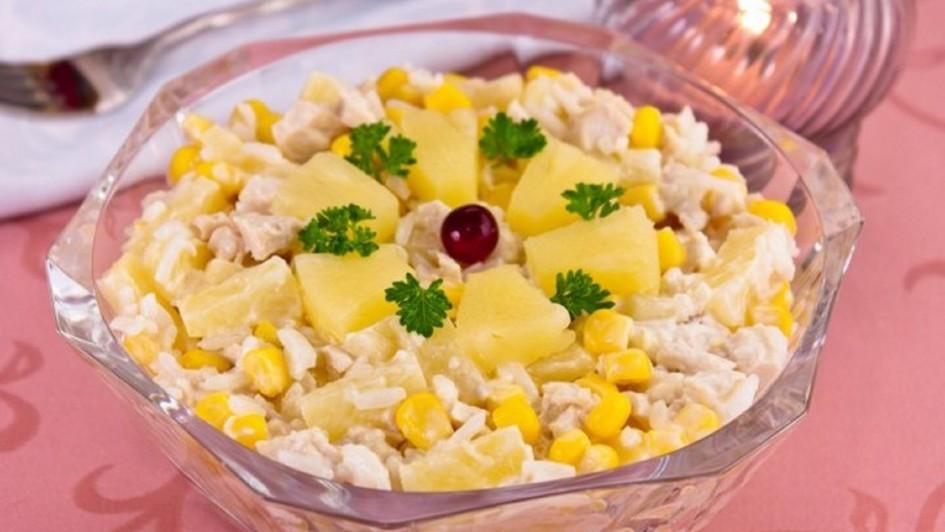 Изысканный салат из курицы с ананасами