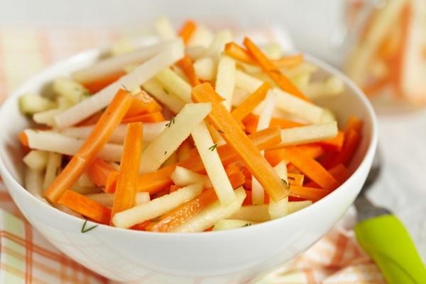 Витаминный салат из яблок и моркови