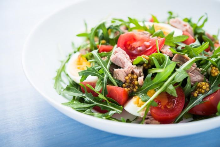 Салат руккола помидоры яйцо
