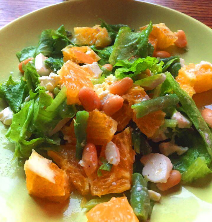 Апельсиновый салат с фасолью и фетой