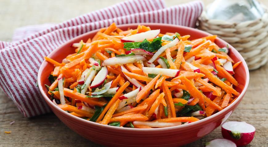 Витаминный салат из редиса и яблока с изюминкой