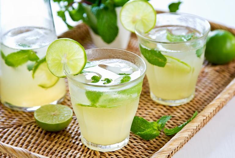 Освежающий домашний лимонад с лимоном и мятой