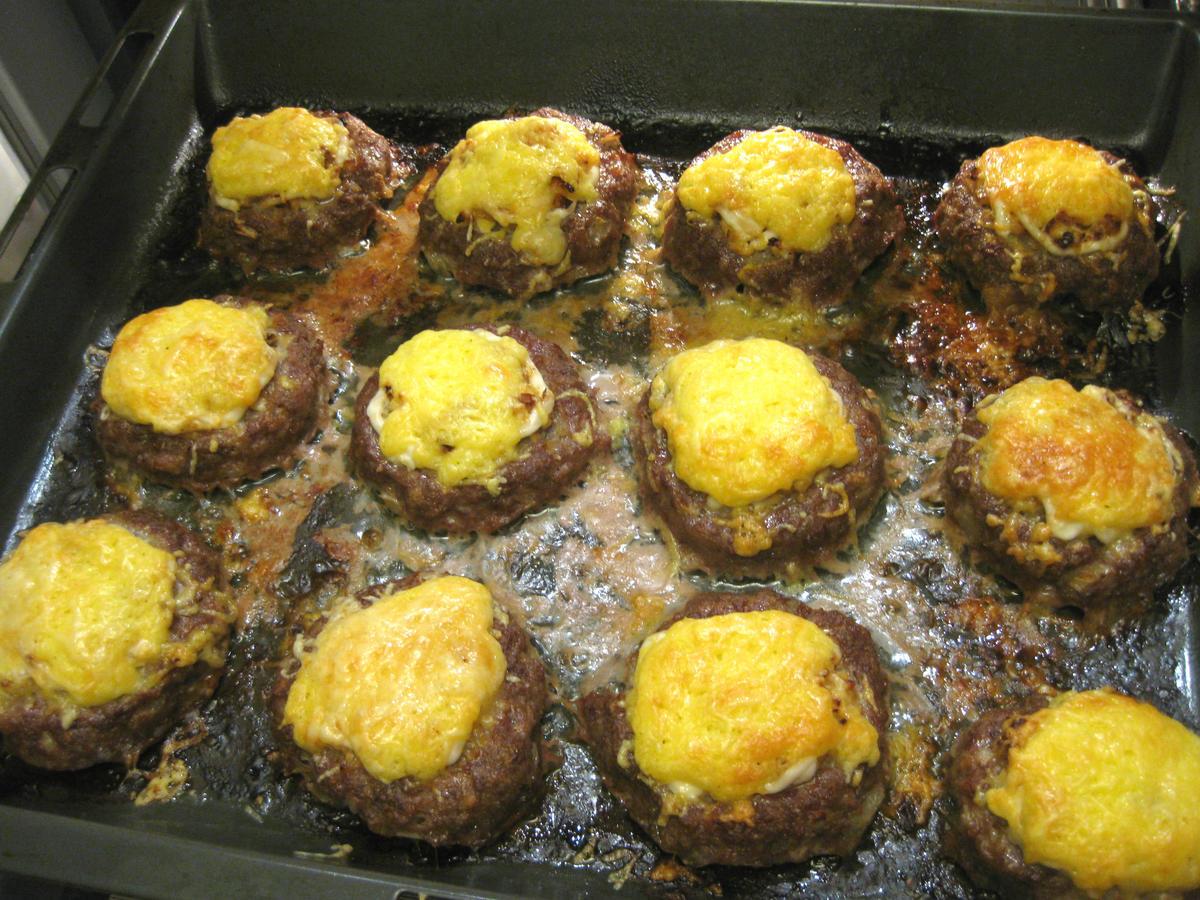 Простые и вкусные мясные ватрушки в духовке