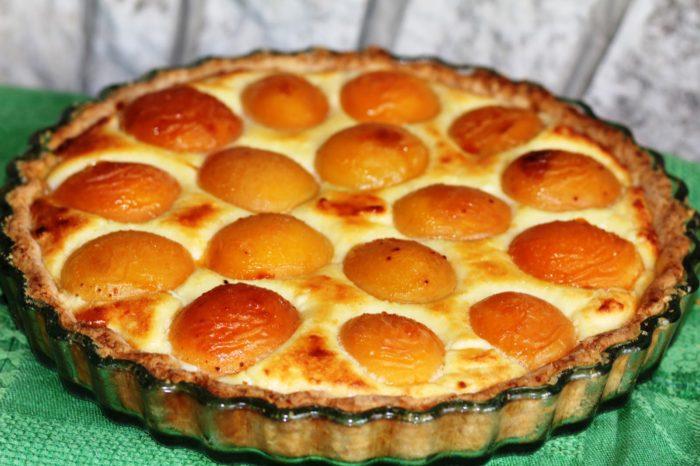 Потрясающий песочный пирог с творогом и абрикосами