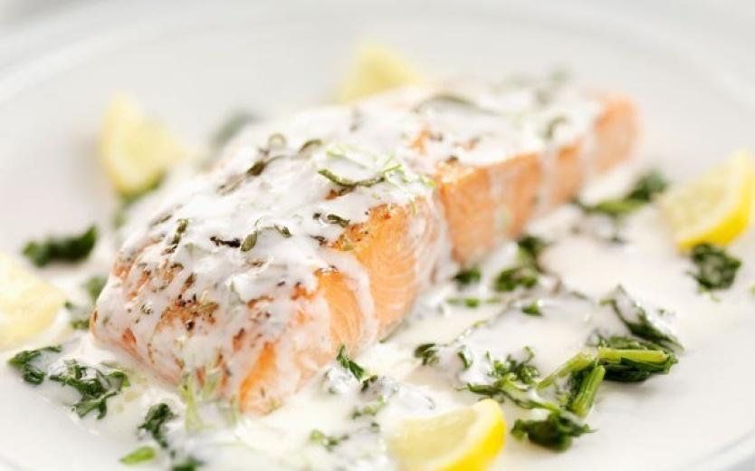 Пикантный лосось, запеченный в соусе на травах