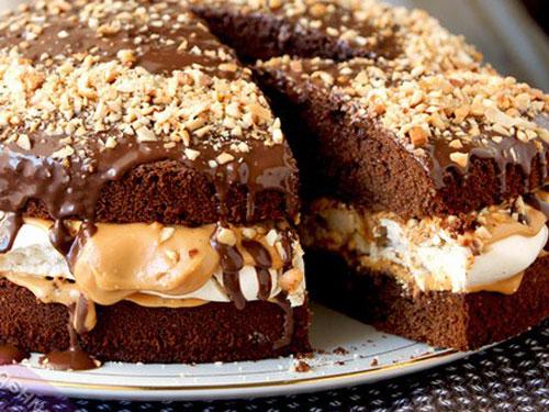 """Известный батончик """"Сникерс"""" в виде торта"""