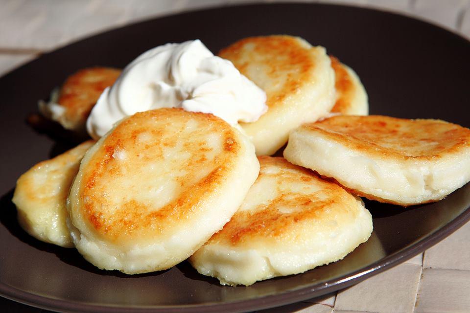 Простейшие и вкусные сырники к завтраку