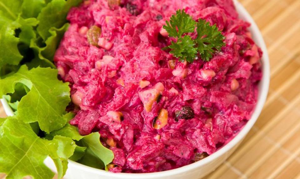 Полезный свекольный салат с черносливом