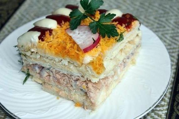 Салат с консервой и крекерами