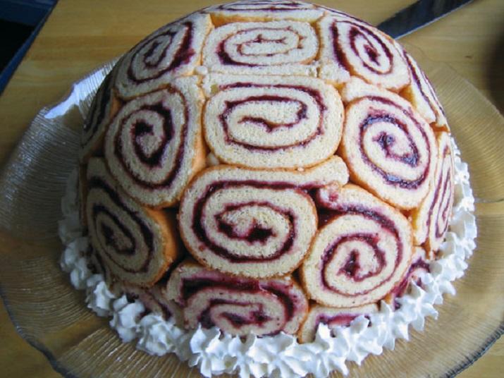 Королевская шарлотка без выпечки: торт из бисквитных рулетов