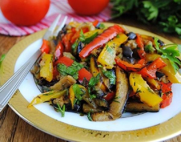 Очень вкусный салат из запеченных овощей
