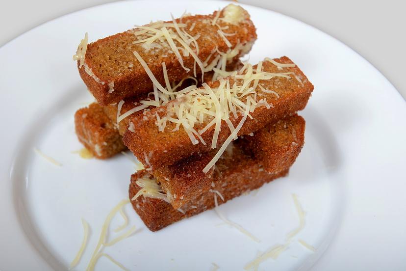 Остренькие гренки с чесноком и сыром