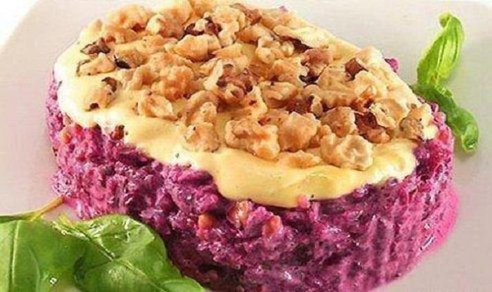 Вкусный слоеный салат «Трио»