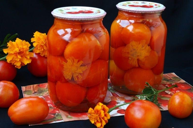 Ароматные помидоры, маринованные с бархатцами