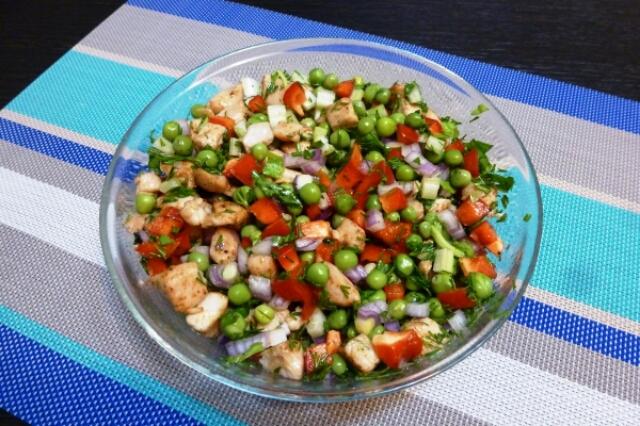 Потрясающий салат с куриной грудкой