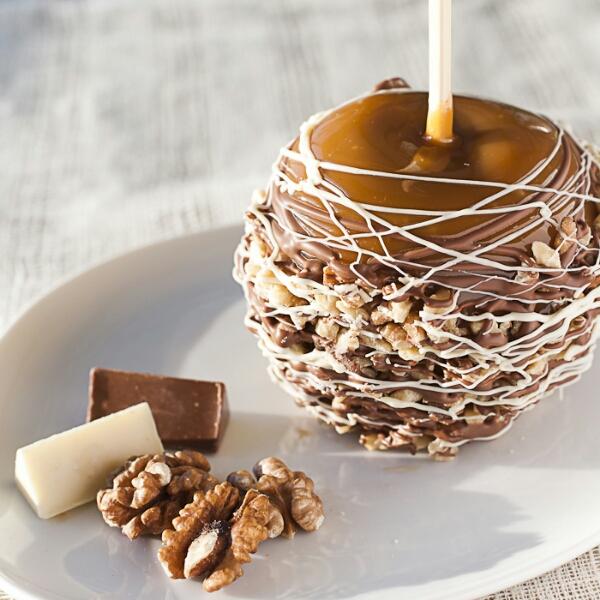 Обалденное лакомство - яблоки в шоколаде с орешками