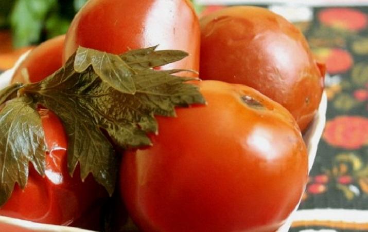 Замечательные консервированные помидоры с сельдереем