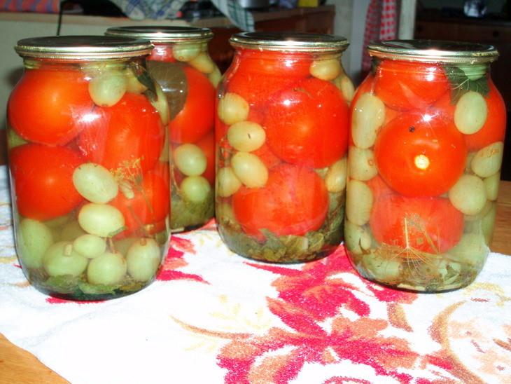 Бомбовские помидоры, маринованные с виноградом на зиму (без уксуса)