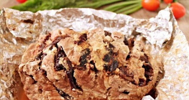 Вкуснейшая свинина с черносливом в духовке
