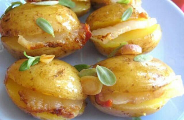 Аппетитный картофель, запечённый с салом и луком в фольге