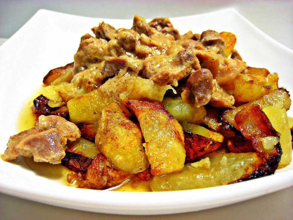 жареная картошка с фаршем и грибами