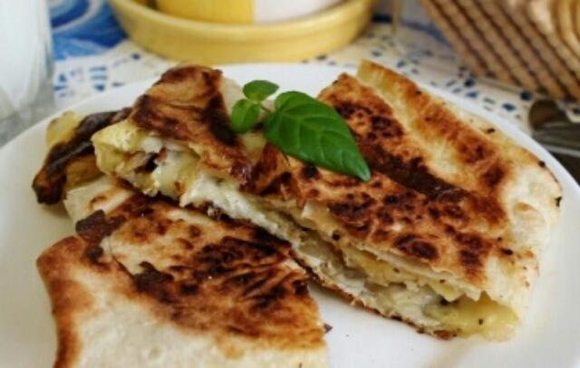 Потрясающий сырный омлет с картошкой для вкуснейшего завтрака