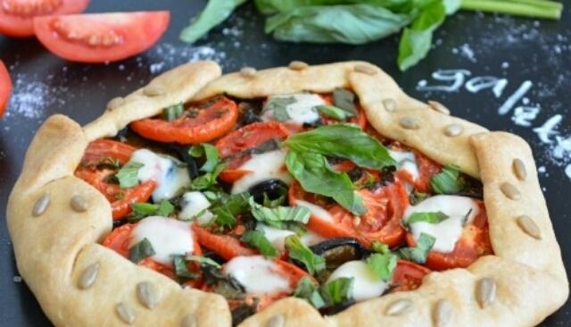 Овощной открытый пирог на тончайшем тесте: сытное наслаждение