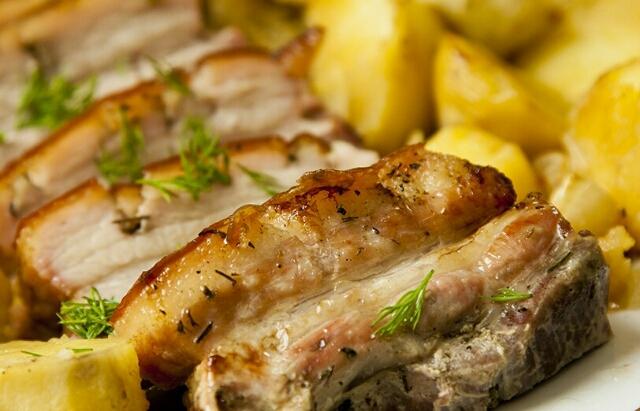 Вкуснейшее блюдо на ужин: картошка с грудинкой в духовке