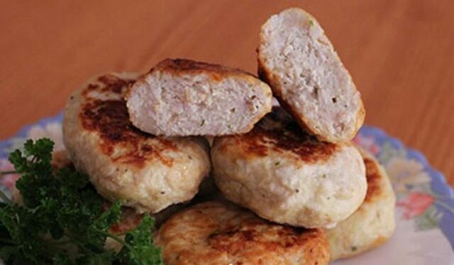Аппетитные куриные котлеты с творогом по рецепту известного диетолога Дюкана