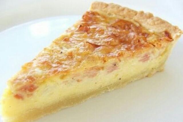 Ну очень вкусный и простой в приготовлении сырный пирог из копчёного колбасного сыра