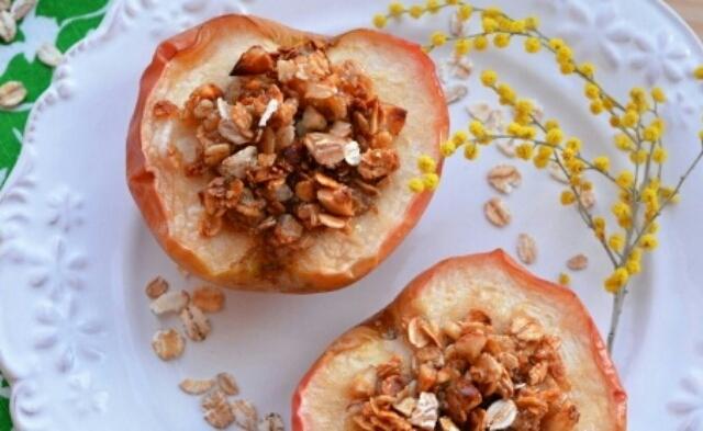 Божественные запечённые яблоки с овсяными хлопьями и орехами