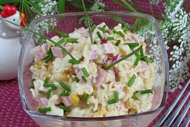 Очень простой и быстрый в приготовлении салат с мивиной и колбасой