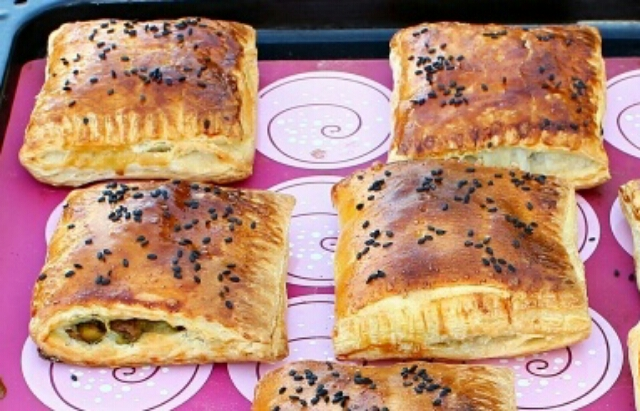 Вкуснейшие пирожки с грибами из слоёного теста