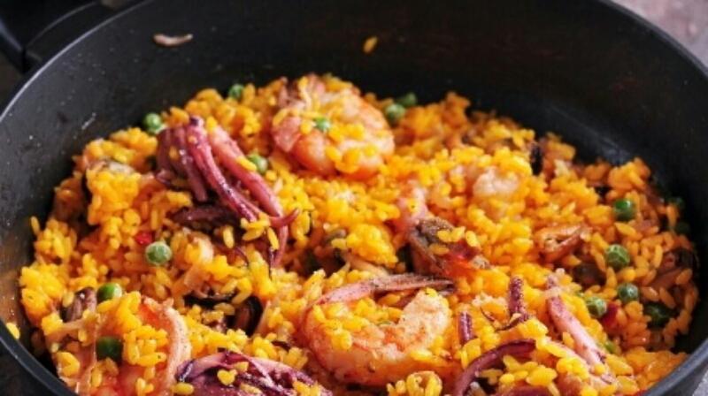 Восхитительное блюдо для романтического ужина - рис с креветками и мидиями