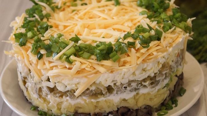 Простой, но очень вкусный салат «Грибы под шубой»