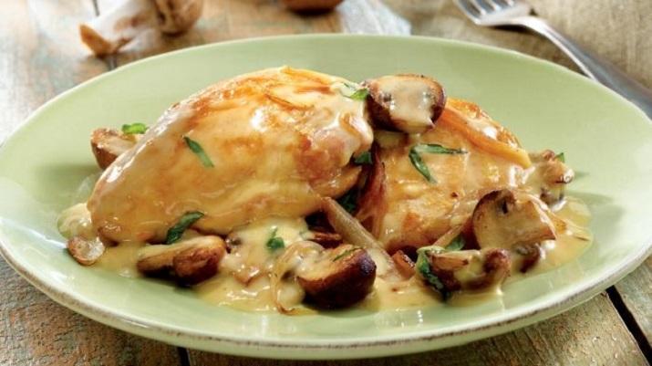 Нежное куриное филе в сливочно-грибном соусе