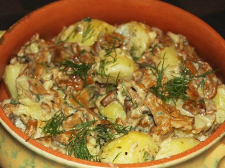 Ароматный картофель с грибами в сметане