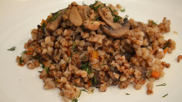 Быстро, просто и очень вкусно - гречка с фаршем и грибами