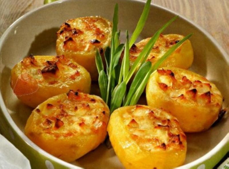 Запеченный картофель, фаршированный творогом