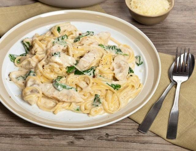 Вкуснятина к обеду или ужину - спагетти с курицей в сметанном соусе