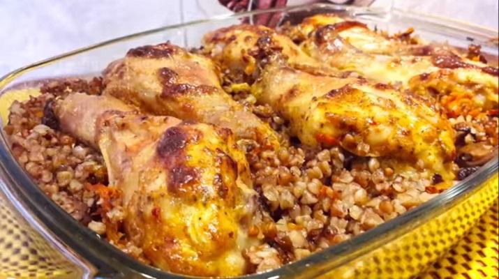Сочная курица с овощами и гречкой, запеченная в духовке