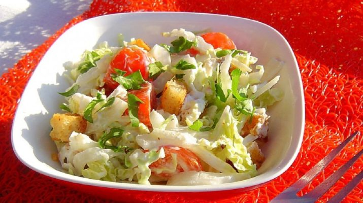 Отличный салат с сухариками для праздничного стола