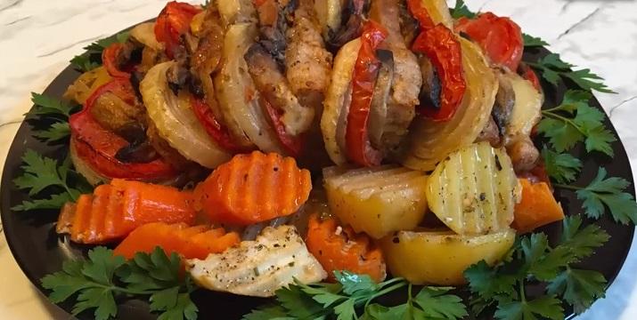 Праздничное блюдо: запеченная с овощами свинина «Мясная книжка»