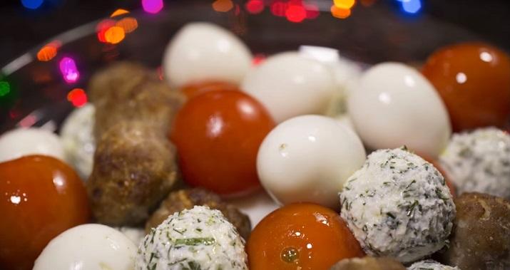 Удивительный новогодний салат: необычная закуска из шариков