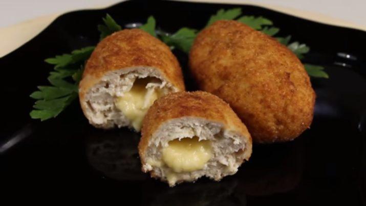 Сочные куриные котлеты с начинкой из сыра: просто просятся на праздничный стол