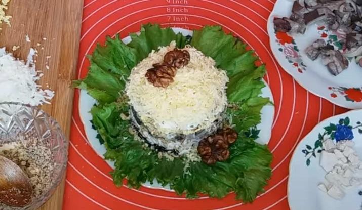 Красивый салат «Снежинка»: с курицей, сыром и грибами