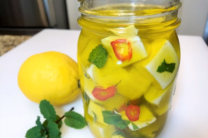 Праздничная супер закуска: маринованный сыр с лимонной цедрой